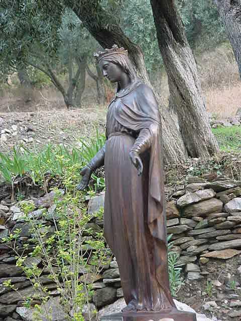 Статуа на Пресвета Дева Марија пред влезот од нејзината куќа во Ефес